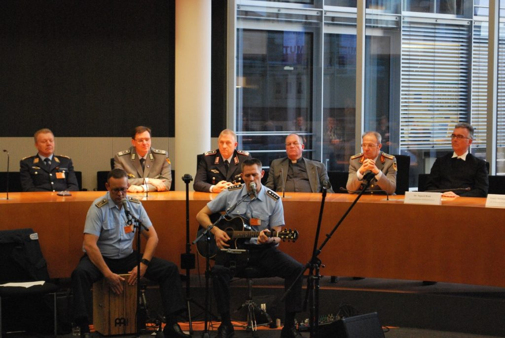 Die Musiker Hauptmann Thomas Esch und Oberstabsfeldwebel Mario Puffay in Aktion
