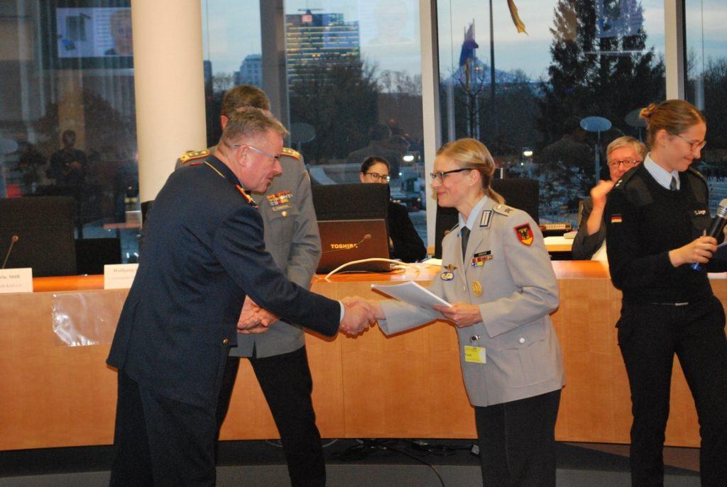 Hauptfeldwebel Manuela Dreher nimmt die Urkunde für den 1. Platz entgegen